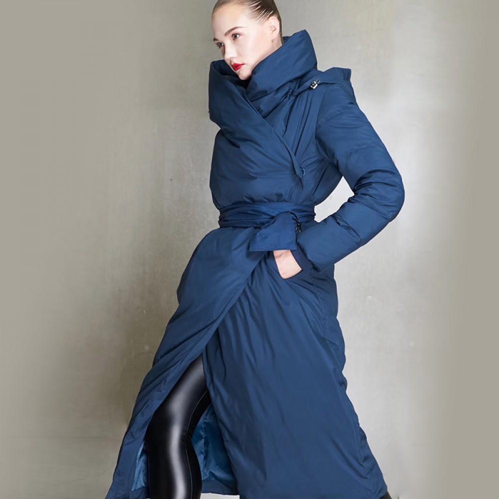 СКИДКА длинный пуховик женский ниже колена с двойным капюшоном, высоким воротником, косой застежкой и поясом 3DIMENSIONS