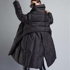пуховик-одеяло черный с косой застежкой на пуговицах асимметричный свободный плечи-чехол 3DIMENSIONS