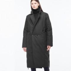 стильный черный пуховой тренч плащ на пуговицах с английским воротником осенне-зимний в стиле минимализм без капюшона с