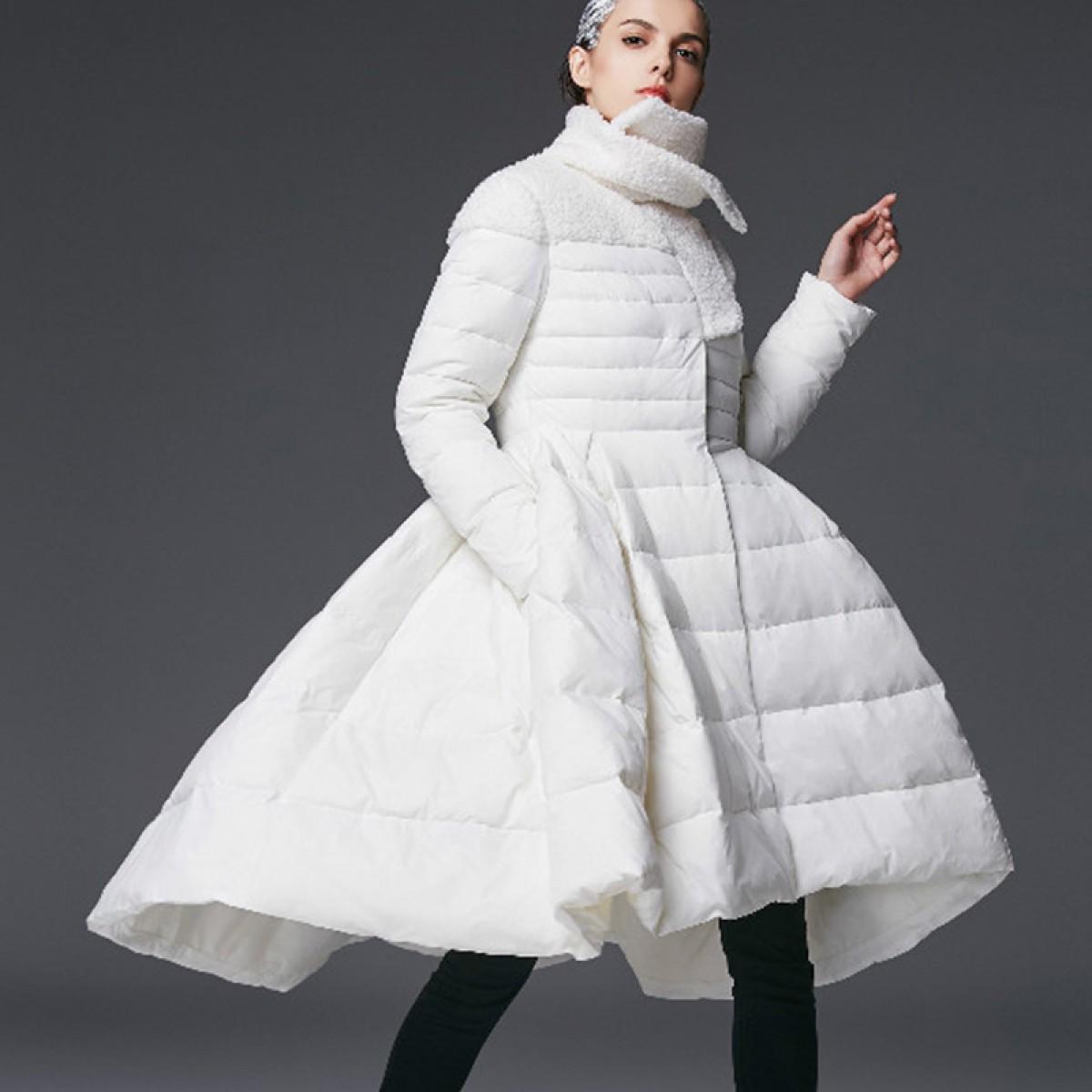 белое пуховик-платье с пышной юбкой королевский шик модная модель зимнего сезона