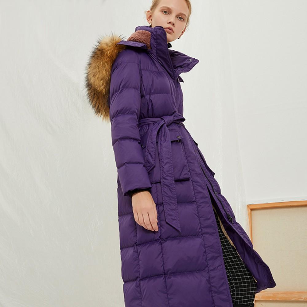 длинное легкое осенне-зимнее лиловое пуховое пальто с меховой отделкой натуральный енот и поясом