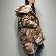зимний женский пуховик милитари коричнево-бежевый черно-бежевый камуфляж удлиненный сзади с большим капюшоном