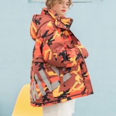 женский демисезонный свободный яркий пуховик средней длины оранжево-желтый камуфляж с капюшоном и надписью smile