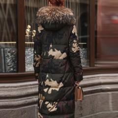 длинное женское демисезонное пуховое пальто классическое в стиле милитари приталенное зелено-коричневый камуфляж с мехом