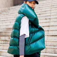 женская зимняя изумрудно-зеленая  пуховая куртка-зефирка асимметричная со съемными рукавами высоким воротником и декорат