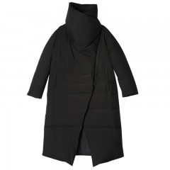 женское демисезонное дизайн пуховое асимметричное пальто с косой застежкой и высоким воротником