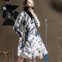 новинки пуховиков зимы CLJ китайская акварель,А-силуэт модная тема зимней коллекции от RCAT пуховое пальто в этно стиле