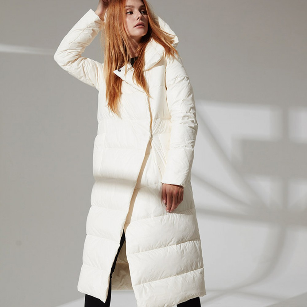 прямой длинный пуховик в стиле минимализм с карманами и капюшоном, европейская зима