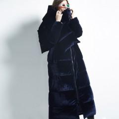 зимний женский длинный бархатный синий пуховик-пальто  свободный с шарфом велюровый FOLOVERA