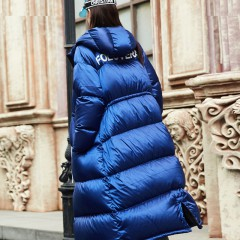 FOLOVERA макси длинный теплый женский пуховик гусиный пух синего кобальтового цвета с капюшоном надпись на спине