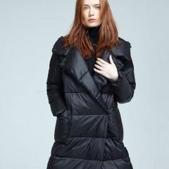 FLORA пуховик женский черный прямой длинный в стиле минимализм с карманами и капюшоном, гусиный пух демисезонный