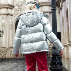 Folovera короткий спортивный теплый женский пуховик гусиный пух цвета серебристый металлик с большими карманами и капюшо