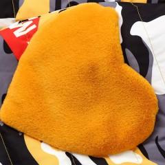 спортивный удлиненный до колена демисезонный яркий пуховик оранжево-серый камуфляж с надписями и текстильными карманами